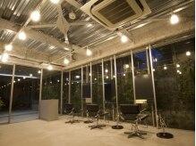 ティースタイル(hair salon t-style)の雰囲気(夜の店内はより一層モードな雰囲気につつまれる。)