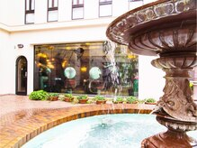 ギャフ 表参道本店(GAFF)の雰囲気(噴水が目印の表参道の洋館です。水の音が聞こえて癒されます。)