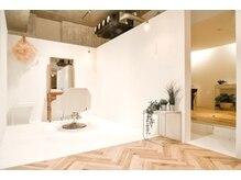 アルジャーノン コックス(ALGERNON COX)の雰囲気(10月29日NEW OPEN 白と木を贅沢に使った、癒し空間へ。)