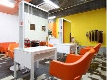 ヘアスタジオ ライズ(Hair studio Rise+)の雰囲気(白とオレンジの店内で明るい気分に★)