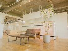 シエナ(CIENA)の雰囲気(開放的な受付はカフェのように居るだけで居心地の良い空間♪)