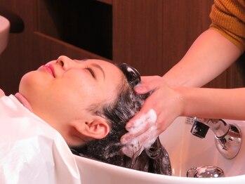 ヘアメイク アプト コンビネーション(HAIR MAKE apt combination)の写真/まるでエステでマッサージされているようなリラックス感を体験…♪アロマの香りで癒される贅沢ヘッドスパ*