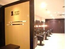 ヘアメイク ワンズカラー 元町店(hair make 1's Color)の雰囲気(入り口から、シックな白×茶が上品なムード漂ってます。)