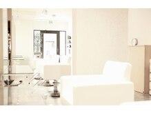 コークス(COKETH)の雰囲気(白基調とした大人な落ち着いた雰囲気の空間でお待ちしております)