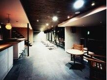 カシスレア 学園前店(casis rea)の雰囲気(カラー・パーマ・待合スペース◇木製のテーブルがオシャレ♪)