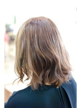 シャトードゥクープの写真/《トップクラスの仕上がり◎》弱った髪にハリ・コシを与え、ナチュラルな髪色仕上げにツヤと強度をプラス。