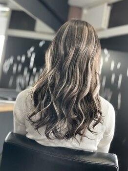 トータルビューティーサロン カラット(total beauty salon KARAT)の写真/白髪を活かしたハイライト技術におしゃれな大人女性の人気集中!ワンランク上のデザインカラーが楽しめる♪