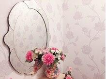 ラペルル(La Perle)の雰囲気(バラの壁紙と鏡で癒しを…。)