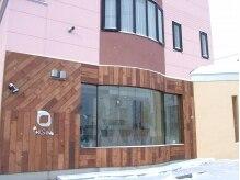 ヘアーサッシュ 豊岡(HAIR SASH)の雰囲気(環状線沿いに建つ優しいピンクと木目の建物が目を引きます。)