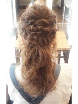 結婚式セミロング髪型ヘアアレンジ1つ結び風ハーフアップ