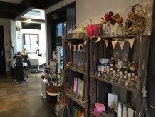 リカスヘアースペース(Recasu hair space)の雰囲気(サロンのいたる所にこだわりの雑貨やヘアケア用品が並んでいます)