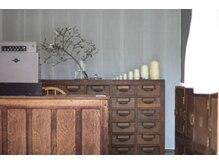 サロン トリ(salon Tori)の雰囲気(扉を開けるとこだわりのアンティーク家具がお出迎えします。)