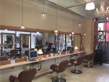 ラピス パルコ前店(LAPIS)の雰囲気(ガラス張りの店内で、落ち着いた雰囲気のサロン)
