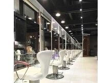 ヘアメイク アース 福島イオン通り店(HAIR & MAKE EARTH)の雰囲気(清潔感のある店内は贅沢な気分が味わえると評判)