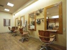 美容室 チャームチャームの雰囲気(木の優しい温もりがあふれる店内でリラックスできます。)