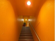 リライ(salon the rely)の雰囲気(黄色い階段を上ってきてください♪仕事帰りの遅い時間もOK♪)