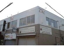 エルビーエル(LBL)の雰囲気(店舗2階部分を白く塗装したこの外観が目印です☆)