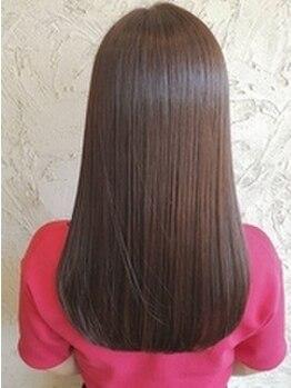 アーティック 唐津店(arttic)の写真/髪質改善の為に開発されたウルティアでダメージ補修しながら、圧倒的なツヤ,もっちり手触りのツヤサラ髪へ!