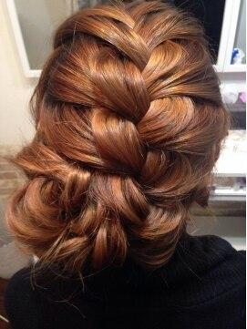 裏編み込みヘアアレンジ(結婚式・パーティーの髪型) 編み込みアップ