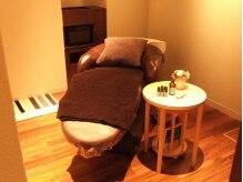 エルサフィロ ヨドヤバシ(el zafiro yodoyabashi)の雰囲気(完全フルフラットシャンプー台。個室空間なので寛げます。)