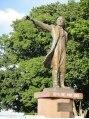 エクシーオザワ(EXY OZAWA)修学旅行生がこの像の前で同じ格好で沢山,立っていました