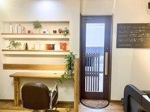 ヘアーデザイン キューブ(hair design cube)の雰囲気(入口を入るとウッディな店内。小物達が並ぶ落ち着ける空間♪)