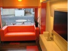 サミューズ(s'Amuse)の雰囲気(【待合室】オレンジのソファでゆったりくつろいでください*)