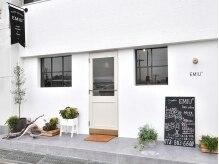 エミウ(EMIU)の雰囲気(大通り沿いで真っ白の壁が目を引く外観♪)