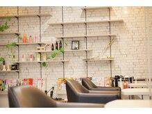 フォルムヘアデザイン(FORME hair design)の雰囲気(セット面7席!席の間と間はゆったりスペースがあります!)