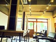 エージー ヘアー フジガオカ(A.G hair FUZIGAOKA)の雰囲気(天井は大事ですね。席の間隔も広く、隣の会話も気になりません☆)