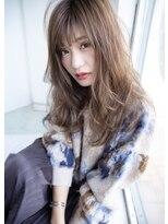 プラウド顔まわりからの柔らかカールが特徴の可愛いロングスタイル