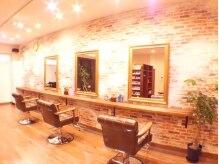ヘアースタジオ ログ(Hair Studio Log)の雰囲気(こだわりの店内はアンティーク家具とレンガ調の壁紙でお洒落…)