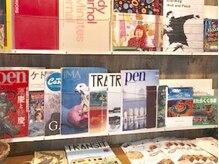 ヘアースタジオ ハーフバック 高尾店(HAIR STUDIO HALF BACKS×1/2)の雰囲気(スタッフのこだわりが詰まったアートな本棚☆)