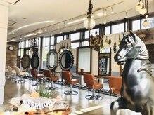 メアモーイ(MEER MOOI)の雰囲気(陽ざし、緑、antique interiorに囲まれて気持ちの良い空間です♪)