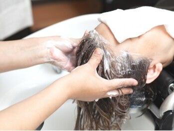 美容室 サラサ(Salasa)の写真/日頃の疲れに丁寧な頭皮マッサージで癒しのサロンTimeを…♪内部から健康的な美髪へ導きます☆