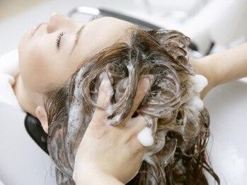 ソラヘアー(ZOLA hair)の写真/【頭皮から髪質改善を!】認定講師の資格持ちstylist在籍。悩みに合わせて選べる『3種類のヘッドスパ』が◎