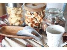 ユイマァル スロウ(YUIMARL SLOW)の雰囲気(お待ちの時間には、お菓子とお飲物サービスがあります。)