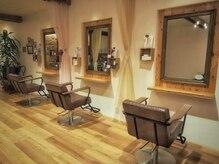 トモリヘアルーム (tomori Hair room)の雰囲気(広々とゆとりのある空間のセット面でゆったり時間をすごせます!)