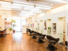 ビューティーガロ Beauty GARO 加須店の雰囲気(光の射しこむ明るく開放的な店内)