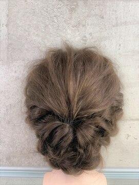 ティモーネ(Timone)三つ編みシ二オンはツイストと後れ毛でキュートに