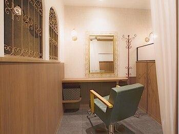 ルームヘア 笹塚店(Room hair)の写真/全席半個室のプライベート空間で、周りを気にせず至福のひとときを。忙しい毎日のご褒美に最上級の癒しを。