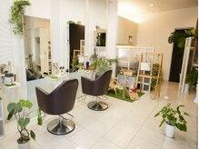 ヘアーサロン ピクニック(hair salon Picnic)の雰囲気(明るく清潔感があり、緑やお花、雑貨等もあり癒されます♪)