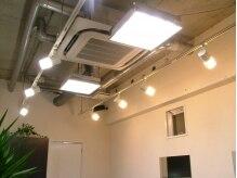 クルー(crue)の雰囲気(天井が高く、開放感があってGOOD。無機質な空間が落ち着きます。)