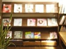 セレッソセレソ(CEREZOCEREZO)の雰囲気(雑誌を読みながらお待ちください!お席にご案内♪)