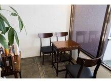 ビーナスアートヘア 上安店(Ve nus ART HAIR)の雰囲気(窓際のカフェのような空間。ドリンクサービスも充実。)