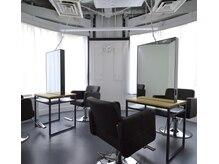 シア(sia)の雰囲気(カットスペースは6面。大きな窓があり明るく開放感があります。)