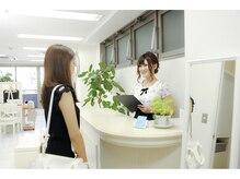 【Step1☆受付】女性スタイリストさんが笑顔でお出迎え♪ご予約時間から遅れてしまう場合はTELください