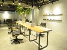 リズム(RiZM)の雰囲気(贅沢な一枚板を使ったセット面と、座り心地の良いこだわりの椅子)