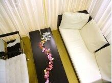 ワンハート(One heart)の雰囲気(入り口左側、居心地のいいソファの待合室)