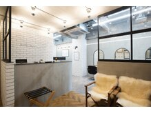 オーブ ヘアー イスト 浅草店(AUBE HAIR isto)の雰囲気(開放感のある明るい店内で、くつろぎの時間をお過ごしください。)